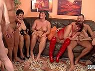 Бурная групповушка со зрелыми дамочками и работящими ёбарями в немецком видео