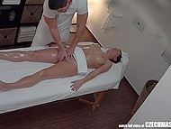 Девочка пришла на массаж, но неожиданно мастер распустил руки и отымел клиентку 6