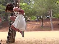 Девочка добровольно позволила двум бородатым мужикам привязать себя к дереву и выебать с двух сторон 4