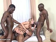 Четыре чёрных мужлана завалили нежную барышню и мучали её, пока каждый не кончил