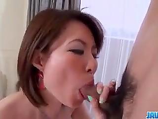 Чувак задрал юбчонку ухоженной японской малышки, нацелив свой ствол на заросшую вагину