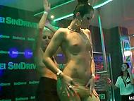 Пока одни девчонки энергично танцуют, другие занимаются суровым сексом со стриптизёрами 10