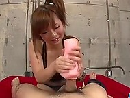 Шаловливая японочка задействовала резиновую вагину и свои большие буфера, чтобы приласкать хуй самца 5