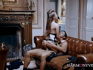 Упоительная девчонка в сексуальном бельишке обслужила галантного самца у камина