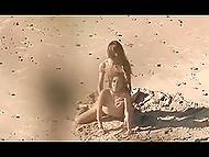 Чел заснял, как длинноволосый перец оттрахал пышногрудую избранницу на песчаном пляже