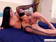 Самец накормил спермой соблазнительную домохозяйку в чёрных чулках после добротного анала
