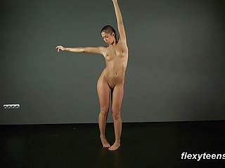 Athletic sweet thing makes great show of shaved vagina and flexible body alone