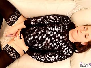 Игривая девчушка в сетчатой кофточке и сексуальных чулках вооружилась вибратором на уютном диване