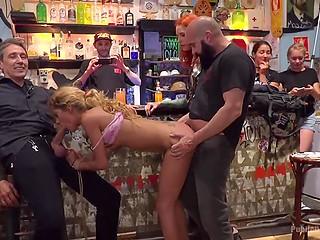 Два мужика совокупляются в баре с кудрявой блондинкой в присутствии зрителей