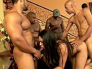 Чёрная цыпка продемонстрировала сексуальный купальник и активно обслужила похотливых мужиков