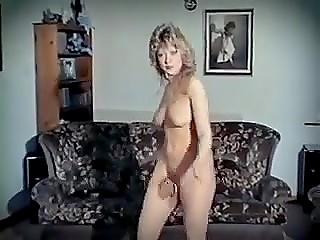 Ретро стриптиз в исполнении кудрявой блондиночки, двигающейся в такт музыке 80-х годов