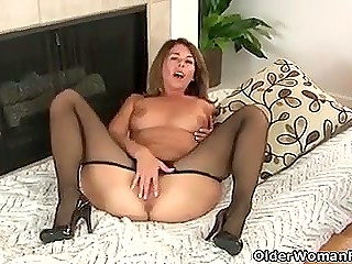 Playful MILF in good shape tears her pantyhose on the way into excited pussy in solo video