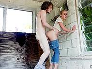 Сексуальная тёлочка с косичками долго сомневалась, но всё-таки согласилась поебаться в заброшенном доме 4