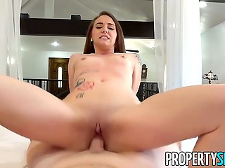 Boy invited tempting realtor Scarlet Datz to evaluate what house is worth but fucked her instead