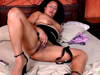 Mature Latina housewives are always in mood to rub pussies with hands and toys