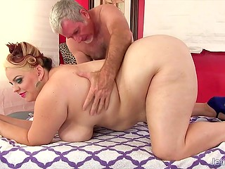 Handy old man knew how to bring BBW unforgettable pleasure on massage table