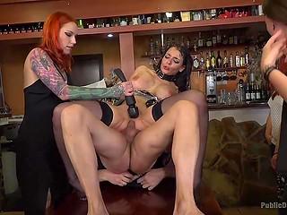 Рыжая леди привела свою сексуальную рабыню на вечеринку, где её натянул бородатый мужик