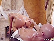 Грудастая дама делает массаж лысому чуваку, чтобы его стояк был крепким и готовым к хорошей ебле