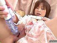 Игрушка заполняет собой нежную писечку молодой японки и доводит её до заветного оргазма