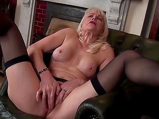 Женщина в возрасте приходит, чтобы исполнить свои грязные желания и стимулировать возбуждённый клитор