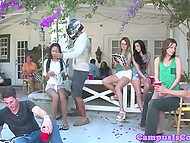 Забавное видео с участием стройных тёлочек, чьи упругие попки поливают водой из шланга 9