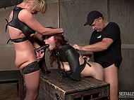 Рыжая делает минет своему мастеру, пока грудастая леди трахает сладкую пиздёнку при помощи страпона