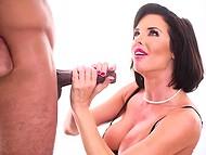 Горячая женщина даёт бесценный урок орального секса, используя чёрный член, как пример 9