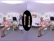 Престарелая женщина со светлыми волосами снимает одежду и стимулирует киску в VR видео