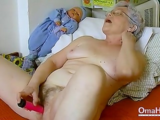 Старая женщина в моменты одиночества занимается грязными делишками прямо в постели