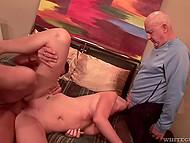 Крутой парень и старый ублюдок трахают хорошенькую блондинку, пока её муж сидит и смотрит