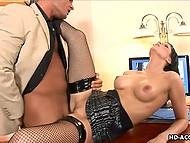 Сексуальный секретарь в очках делает своего босса счастливым каждый раз, когда она возбуждается