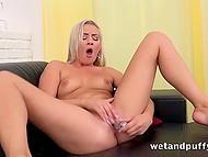 Любопытная блондинка знает много замечательных игр, где принимают участия секс-игрушки и её клитор