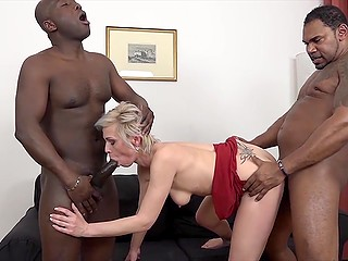 Mature woman had a lot of experience and black guys double penetrated her without any problems