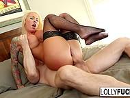 Мускулистый чувак зашёл в спальню, где его с нетерпением ждала завораживающая блонда в сетчатых чулках