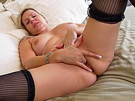 Зрелая блондинка сохраняет свой сексуальный запал и она желает продемонстрировать свой замечательный персик