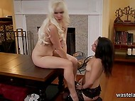 Long-haired blonde laid down on table naked and ordered maid to excite her shaved pussy 11