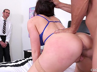 Slutty MILF forces submissive husband to watch her hot sex with muscular inamorato