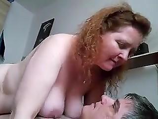 Мужик получает удовольствие не только от секса со зрелой рыжухой, но и от записи данного процесса