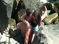 Случайный свидетель заснял, как мужик трахает пассию у скал и это заняло у него буквально две минуты