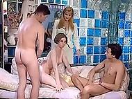 Несколько половых партнёров обследуют гостеприимные щёлочки итальянки в винтажном клипе