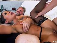 Энергичный любовник частенько захаживает к чёрной домохозяйке и ебёт её, пока муж спит