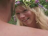 Svensk romantisk man spelar fiol för blond nymfoman och tar hennes fitta med damm under hällande regn