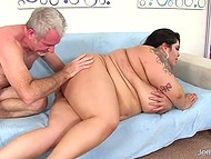 Gray-haired man drills bald pussy of exceptional BBW brunette right on the couch 8