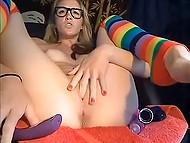 Девочка развлекает похотливых фанов, в течение часа мучая свою киску и анус секс-игрушками