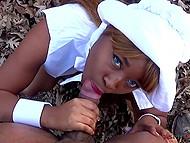 Сочный минет для чёрного самца в лесу от прелестной шоколадки с голубыми глазами Nina Rivera