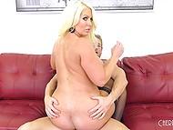 Мужик трахает блондинку в чулках Alura Jenson и его сперма приземляется на огромные шары 5