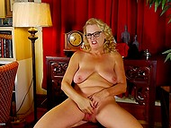 After shopping, mature blonde came at home to masturbate peach with fingers and shoes