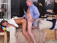Старик с интересом наблюдает, как его ровесник наяривает молодую загорелую испаночку сзади