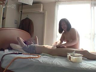 Пухлая японка с сексапильным телом приходит дрочить член парня весь день напролёт