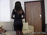 Агент позадавал вопросы африканской красотке, а после намаслил её попку и пристроился сзади 4